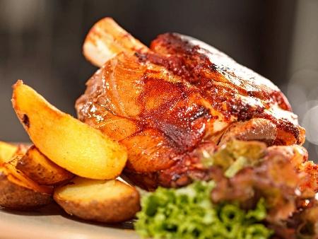 Печен шпикован заден свински джолан с кожа и картофи в глинен гювеч - снимка на рецептата
